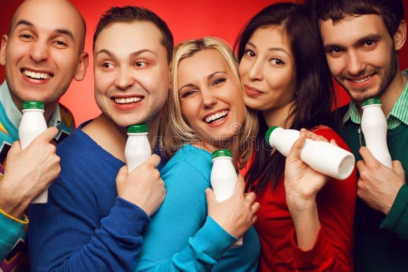 Conceito dos cuidados médicos: Retrato de cinco amigos próximos à moda fotos de stock royalty free