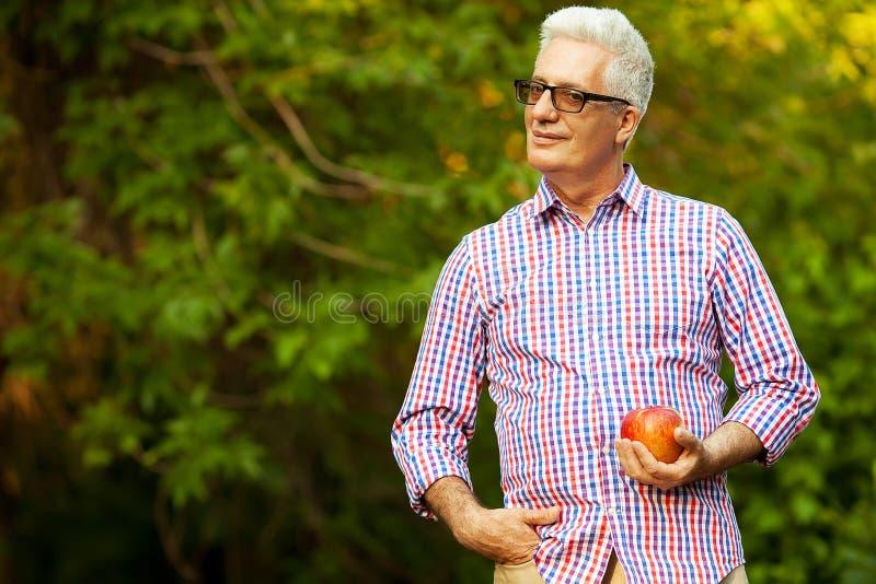 Conceito dos cuidados médicos Retrato de um homem maduro de sorriso foto de stock royalty free