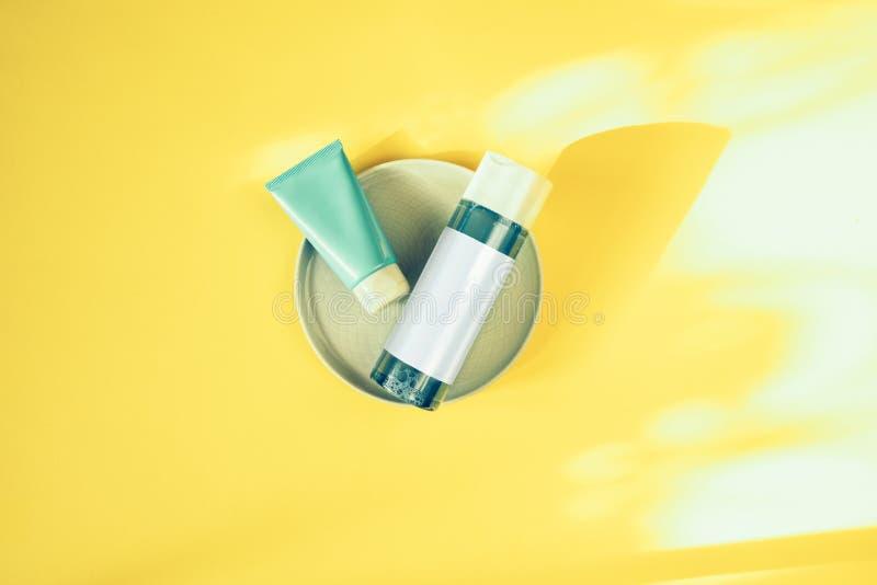 Conceito dos cuidados m?dicos da beleza da pele Cremes hidratantes para a pele Água e máscara Micellar Produtos de beleza imagens de stock