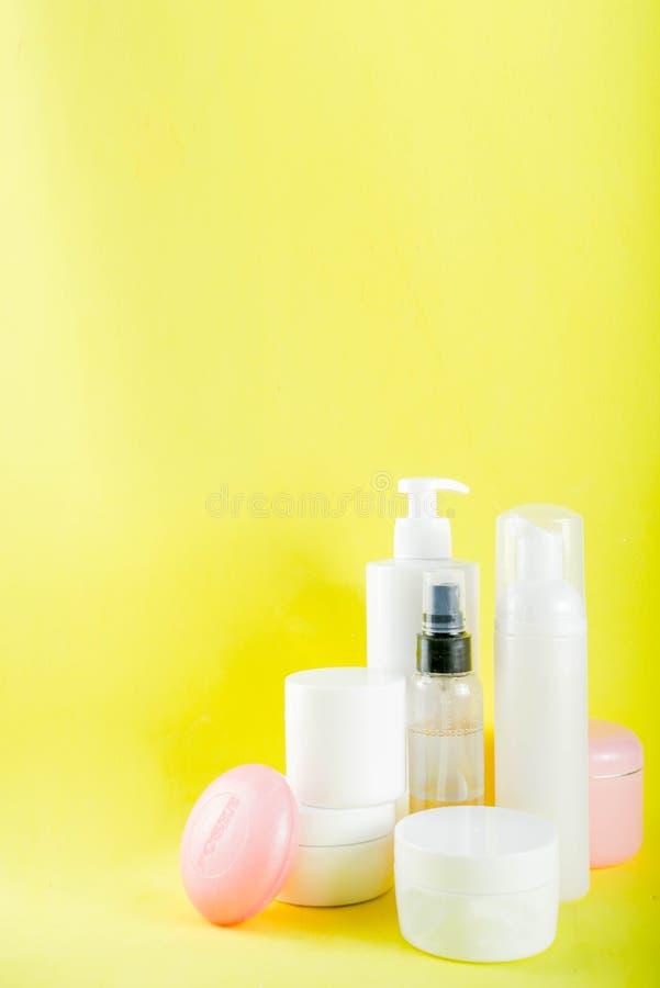 Conceito dos cuidados pessoais, garrafas dos cosméticos, frasco fotografia de stock royalty free