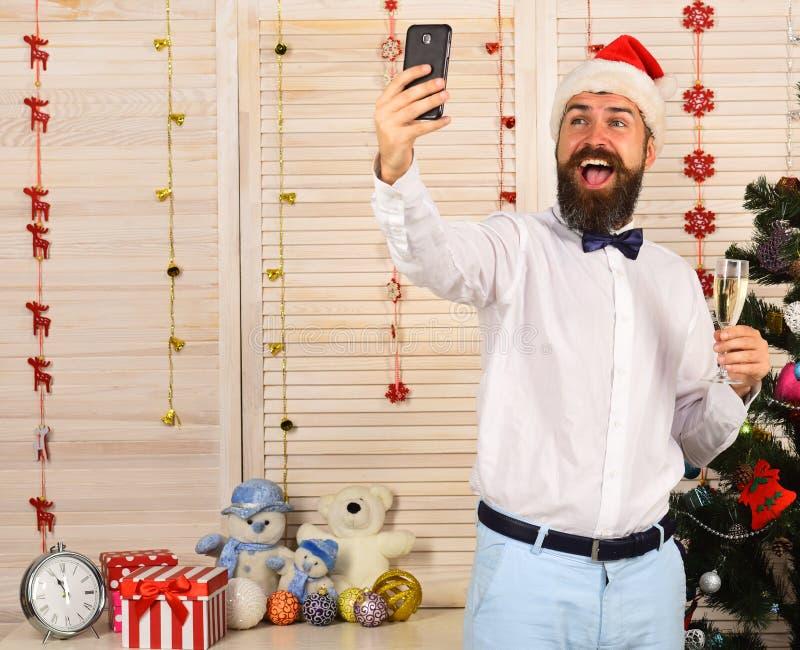 Conceito dos cumprimentos da celebração e do ano novo Homem com barba foto de stock