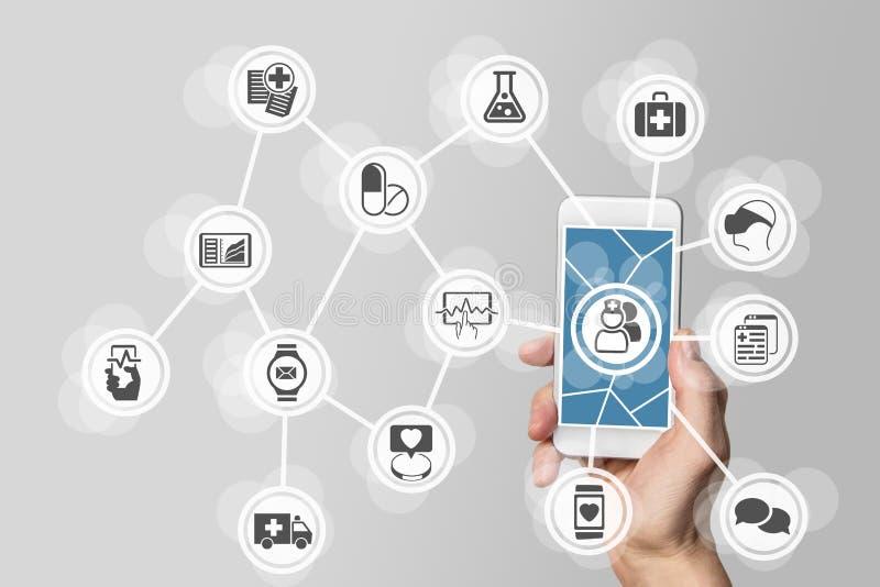 conceito dos E-cuidados médicos com a mão que guarda o telefone esperto fotos de stock