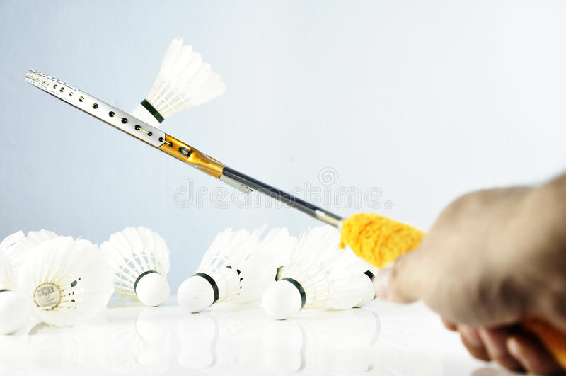 Conceito dos esportes Peteca da bola do badminton e raquete, badminto imagens de stock