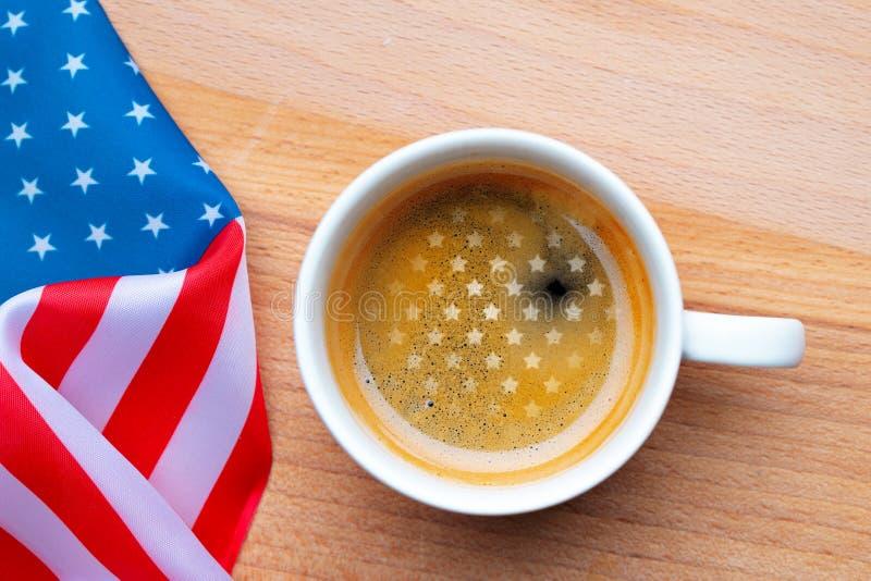 Conceito dos EUA do Dia da Independ?ncia Memorial Day Xícara de café com a bandeira americana na configuração lisa branca da opin foto de stock royalty free