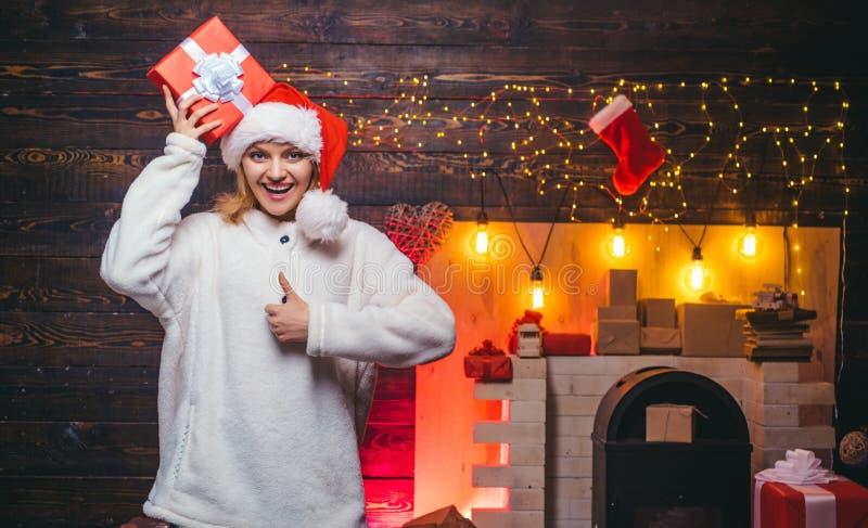conceito dos feriados e dos povos de inverno Feliz Natal Mulher do inverno que veste o chapéu vermelho de Papai Noel Preparação d foto de stock royalty free