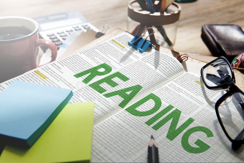 Conceito dos meios da educação do livro do jornal da leitura fotos de stock