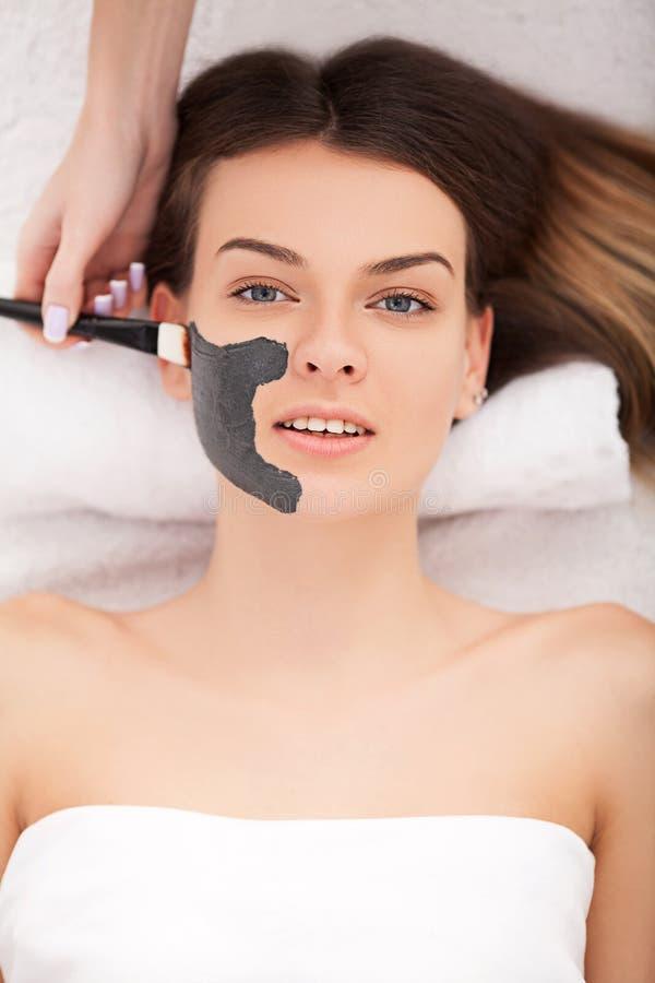 Conceito dos povos, da beleza, dos termas, da cosmetologia e do skincare - ascendente próximo imagem de stock