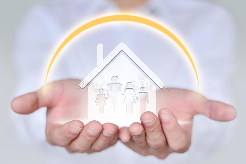 Conceito dos povos, da família, da caridade e do cuidado, mão do close up que guarda a família de quatro pessoas foto de stock
