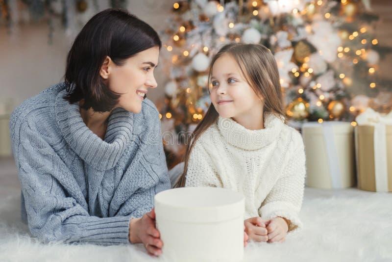 Conceito dos povos, da família, da celebração e dos feriados A mãe e a filha com aparência atrativa olham se os olhos do ` s, men foto de stock