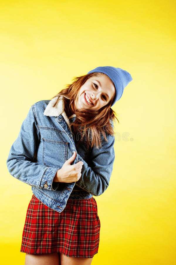 Conceito dos povos do estilo de vida: adolescente consideravelmente novo da escola que tem o sorriso feliz do divertimento no fun foto de stock royalty free