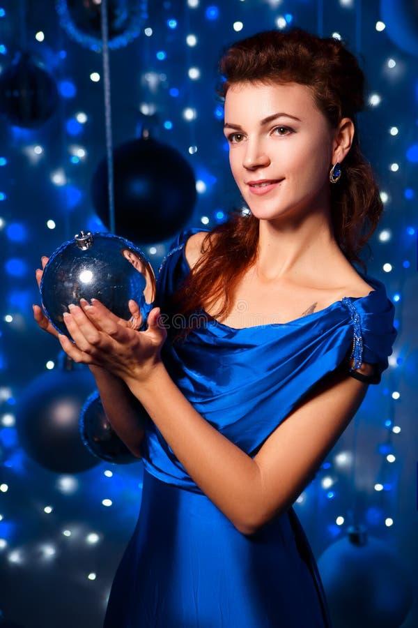 Conceito dos povos, do estilo, dos feriados, do penteado e da forma - jovem mulher feliz ou menina adolescente no vestido azul fotos de stock