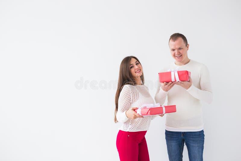 Conceito dos povos, do Natal, do aniversário, dos feriados e do dia de Valentim - homem novo e mulher felizes com as caixas de pr foto de stock royalty free