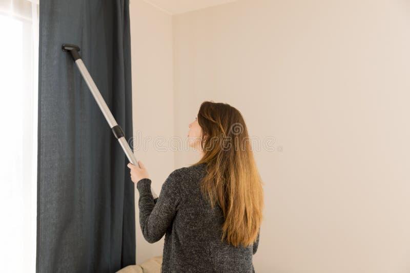 Conceito dos povos, dos trabalhos domésticos e das tarefas domésticas - mulher com vácuo c fotos de stock royalty free