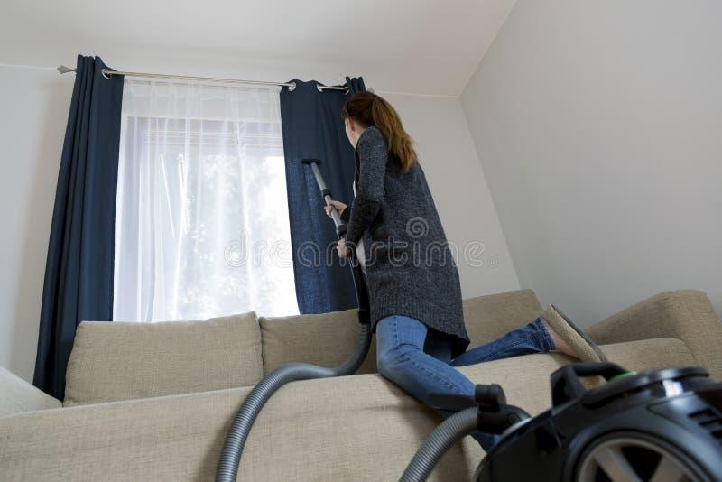 Conceito dos povos, dos trabalhos domésticos e das tarefas domésticas - mulher com vácuo c foto de stock royalty free