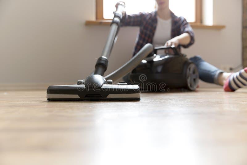 Conceito dos povos, dos trabalhos domésticos e das tarefas domésticas - mulher feliz com aspirador de p30 em casa Limpeza da prim fotos de stock
