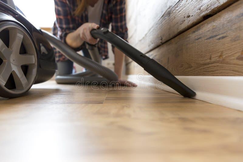 Conceito dos povos, dos trabalhos domésticos e das tarefas domésticas - mulher feliz com aspirador de p30 em casa Limpeza da prim imagens de stock royalty free