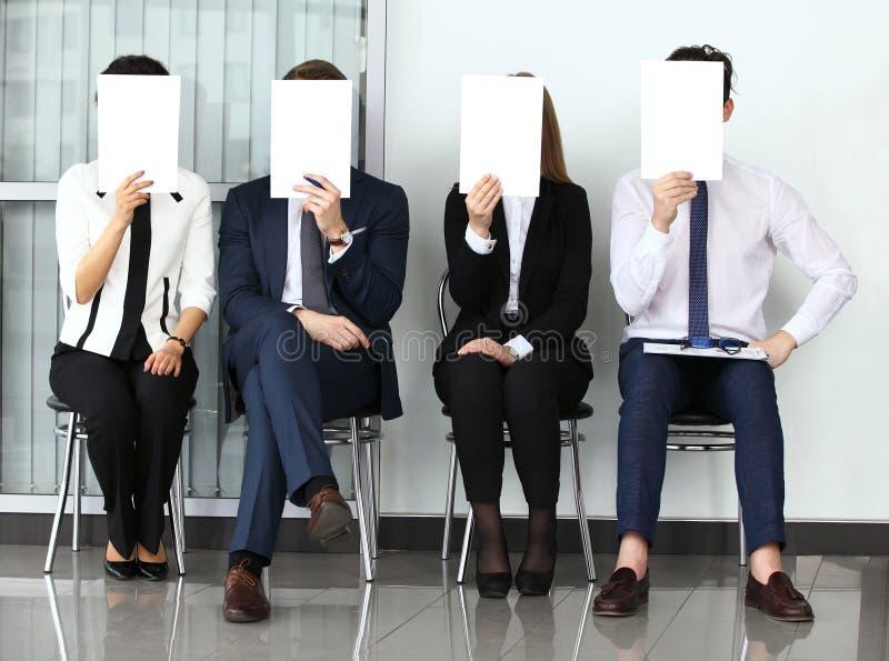 Conceito dos recursos humanos, homem de negócios novo que guarda billboar branco imagens de stock