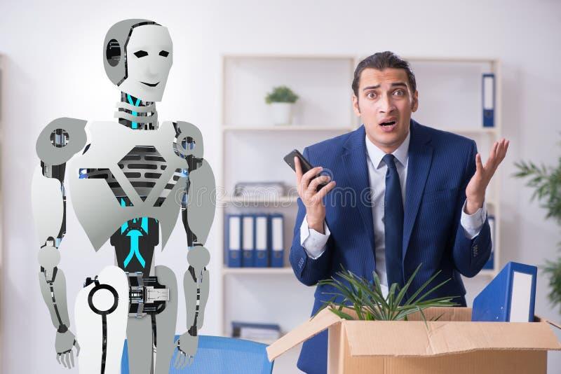 Conceito dos robôs que substituem seres humanos nos escritórios imagem de stock royalty free