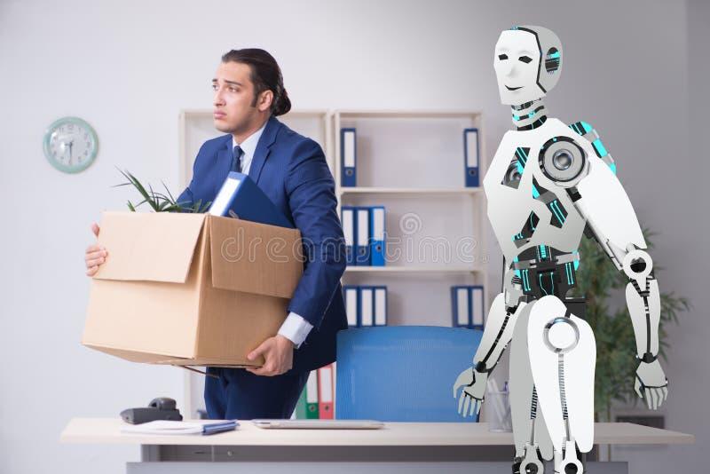 Conceito dos robôs que substituem seres humanos nos escritórios imagens de stock
