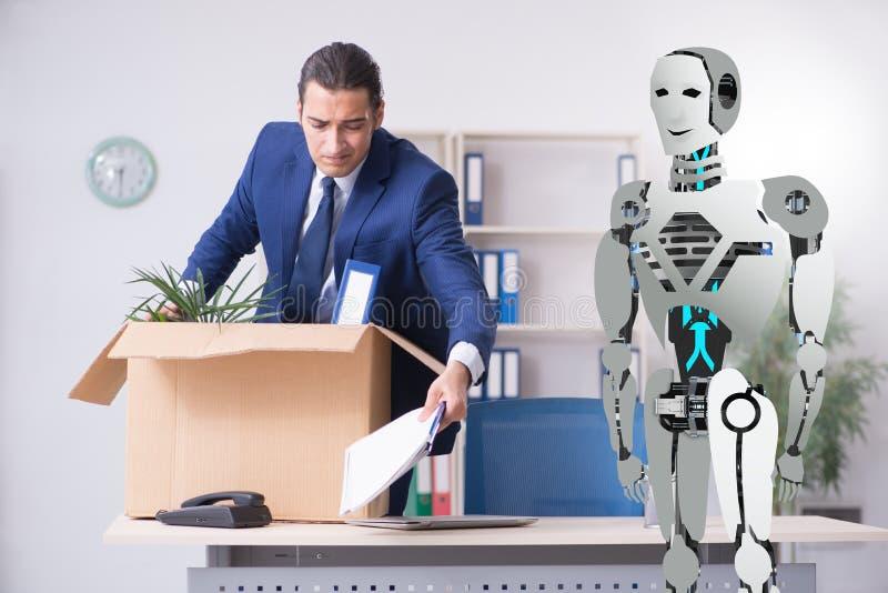 Conceito dos robôs que substituem seres humanos nos escritórios foto de stock royalty free