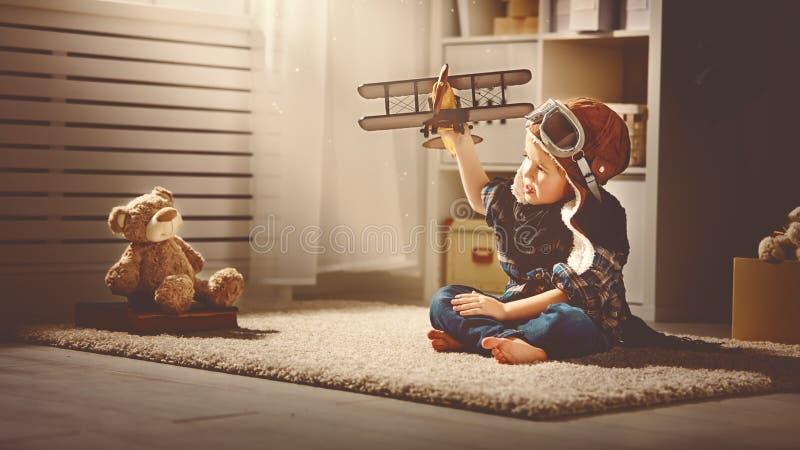 Conceito dos sonhos e dos cursos criança piloto do aviador com um brinquedo a imagem de stock