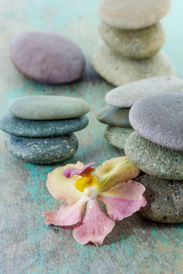 Conceito dos termas com pedras e orquídea do zen foto de stock royalty free