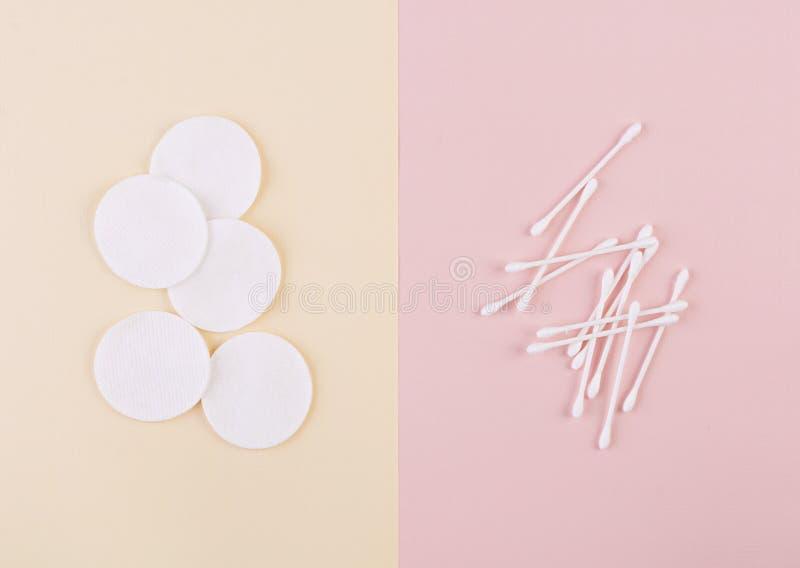 Conceito dos termas Cotonetes limpos do disco e da orelha do algodão Vista superior imagem de stock royalty free