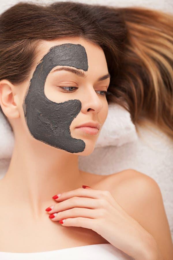 Conceito dos termas Jovem mulher com máscara facial nutriente no sal da beleza imagem de stock royalty free