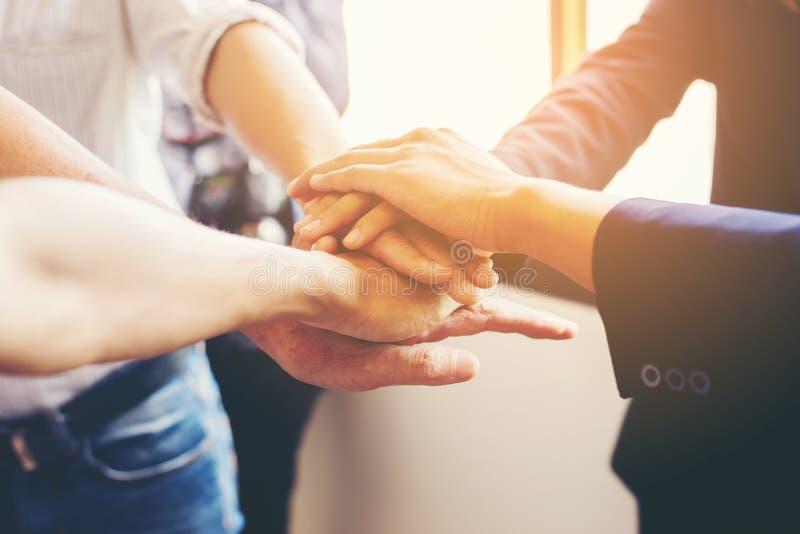 Conceito dos trabalhos de equipa: Close-up da equipe do negócio das mãos que mostra o un fotos de stock
