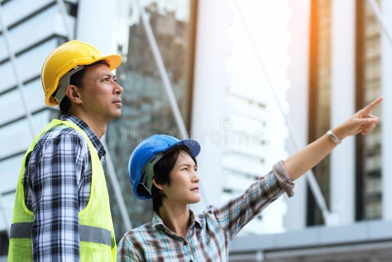 Conceito dos trabalhos de equipa da construção da engenharia: enginee profissional fotografia de stock royalty free