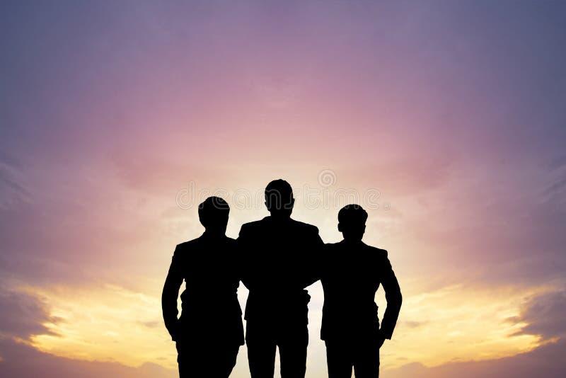 Conceito dos trabalhos de equipa, do alvo e do sucesso, pessoa da silhueta que está e que olha para a frente ao alvo do negócio fotografia de stock royalty free