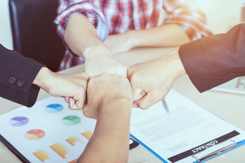 Conceito dos trabalhos de equipa do negócio Executivos que juntam-se ao sp da equipe das mãos imagem de stock royalty free