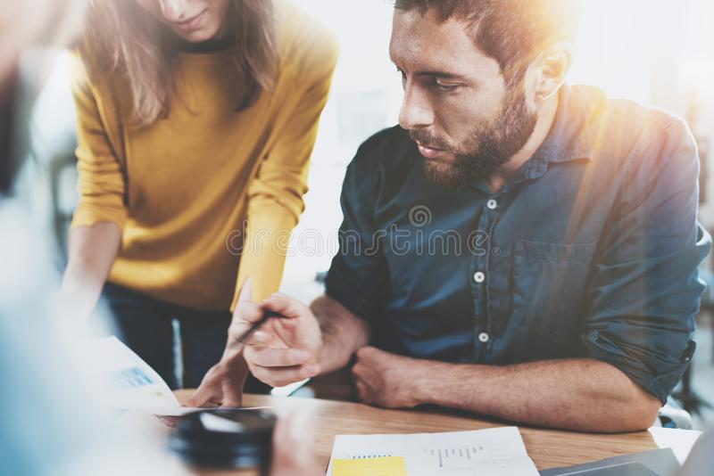Conceito dos trabalhos de equipa Equipe do negócio que senta-se na sala de reunião e que faz conversações no escritório horizonta imagens de stock royalty free