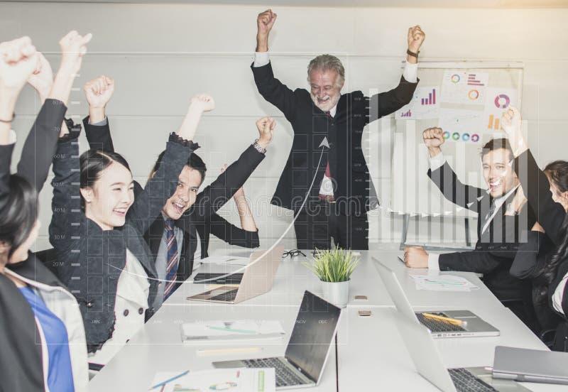 Conceito dos trabalhos de equipa ou da equipe, grupo de executivos felizes do encontro imagens de stock