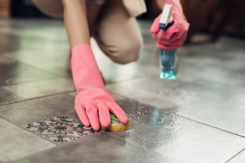 Conceito dos trabalhos domésticos e das tarefas domésticas Assoalho da limpeza da mulher com mo imagem de stock royalty free
