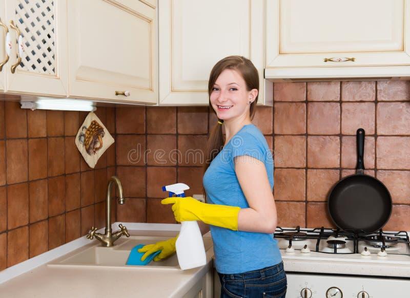 Conceito dos trabalhos domésticos e das tarefas domésticas Jovem mulher com limpeza do sp fotos de stock royalty free