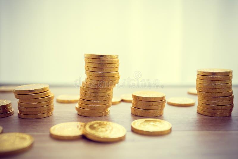 Conceito dourado das moedas em uma tabela de madeira Conceito do negócio do contribuinte imagens de stock royalty free