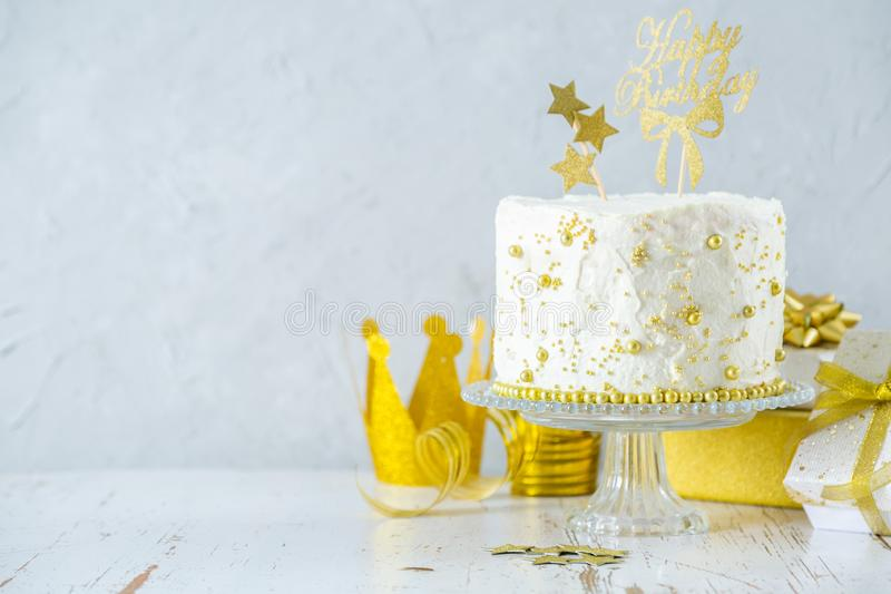 Conceito dourado do anivers?rio - bolo, presentes, decora??es imagem de stock