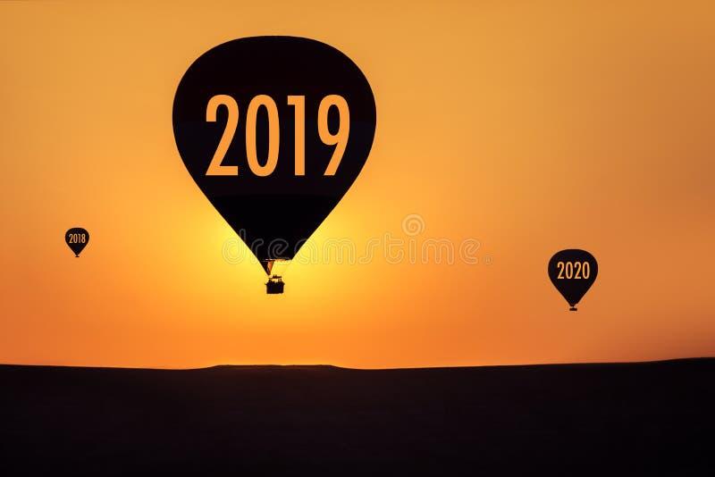 conceito 2019 e balão de ar quente cedo na manhã imagens de stock
