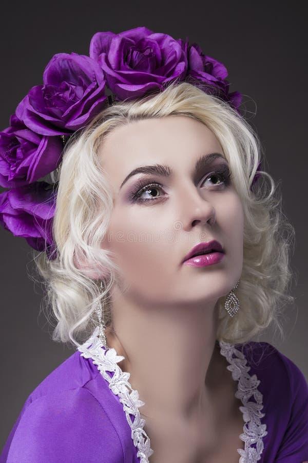 Conceito e ideias da beleza Levantamento fêmea caucasiano no vestido roxo fotografia de stock