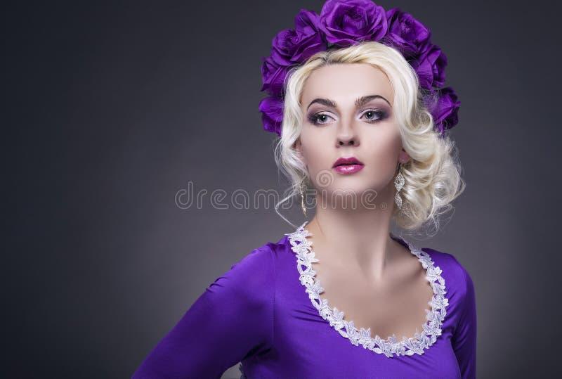 Conceito e ideias da beleza Levantamento fêmea caucasiano no vestido roxo fotografia de stock royalty free