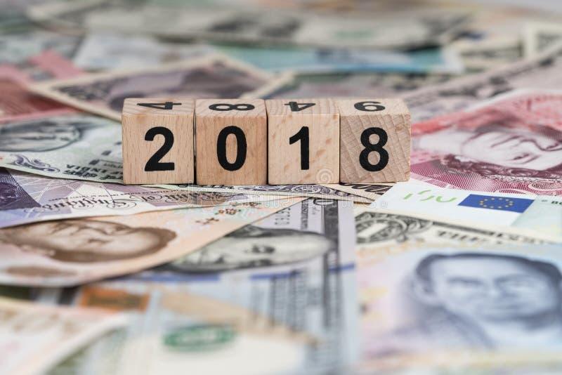 Conceito econômico ou financeiro do mundo 2018 do ano com cubo b de madeira imagens de stock royalty free
