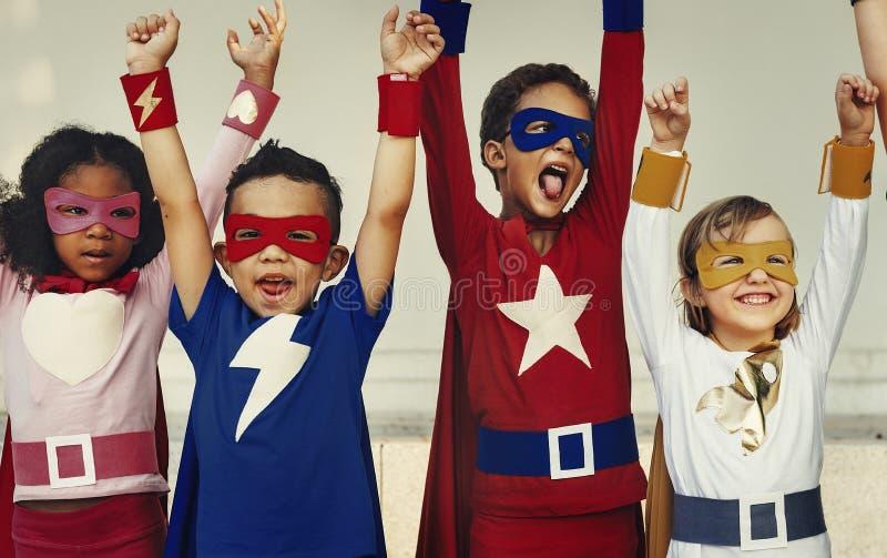 Conceito elementar da aspiração dos trabalhos de equipa das crianças dos super-herói imagens de stock royalty free