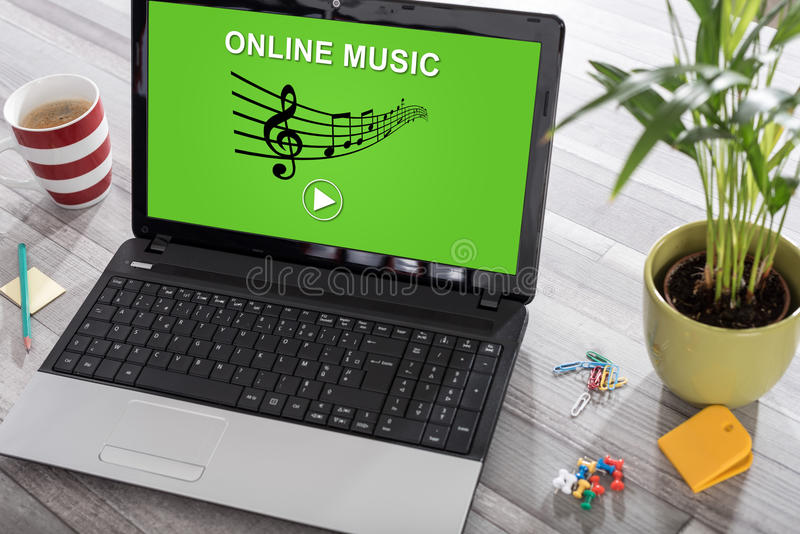 Conceito em linha da música em um portátil imagem de stock