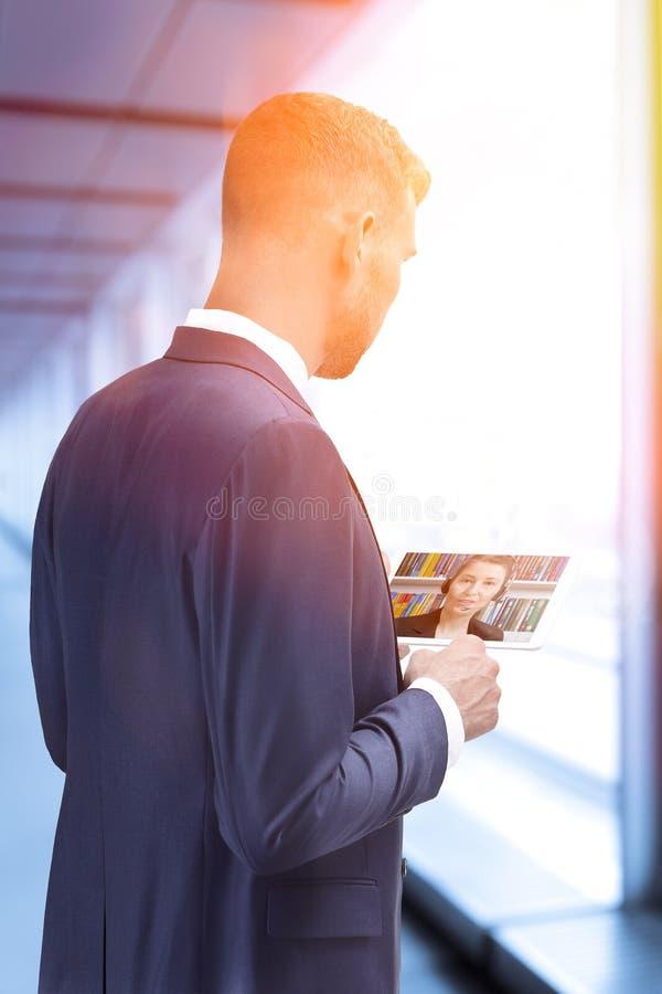 Conceito em linha da teleconferência do bate-papo do homem fotos de stock royalty free