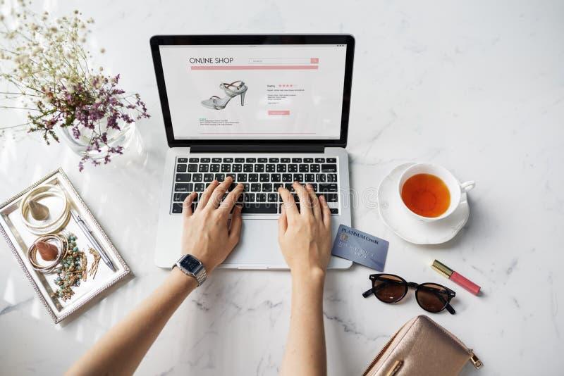 Conceito em linha de compra do cartão de crédito do Web site da mulher imagem de stock