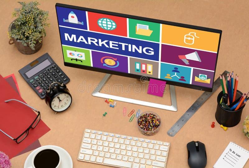 Conceito em linha de mercado com ícones no monitor do LCD fotografia de stock