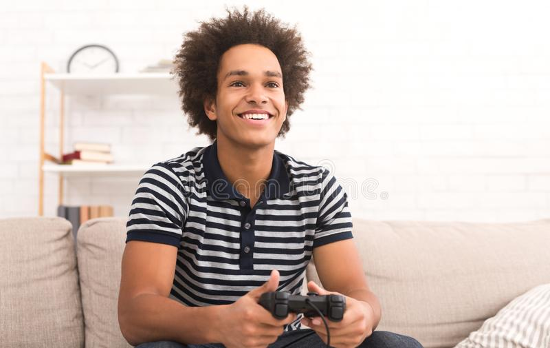 Conceito em linha do jogo Indivíduo que joga o jogo de vídeo do futebol com manche fotos de stock royalty free