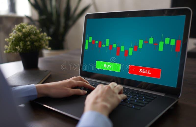 Conceito em linha do mercado de valores de a??o dos estrangeiros da moeda de troca na tela com carta da vela dos gr?ficos e os bo imagem de stock