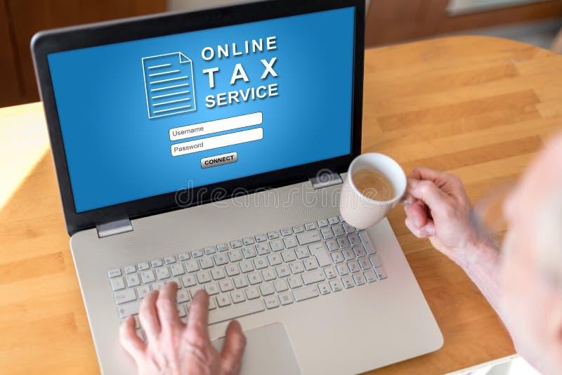 Conceito em linha do serviço do imposto em um portátil imagem de stock
